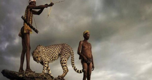 Οι κυνηγοί της αρχαιότερης φυλής του κόσμου κυνηγούν παρέα με ένα άγριο τσιτάχ [εικόνες]