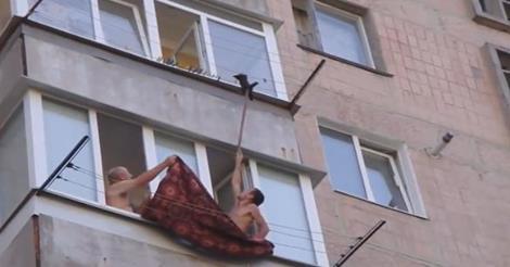Πολλά μπράβο! Έσωσαν γατάκι που κρεμόταν από ένα σύρμα σε μπαλκόνι πολυκατοικίας ύψους πολλών μέτρων (Βίντεο)