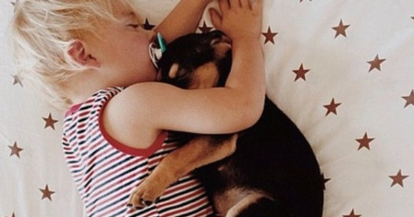 Οι πιο γλυκές φωτό: Αγοράκι και κουτάβι κοιμούνται πάντα αγκαλιασμένα