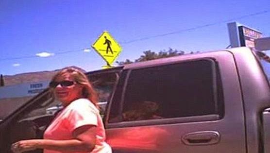 Οφθαλμόν αντί οφθαλμού για γυναίκα που άφησε τον σκύλο της στο αυτοκίνητο με 45 βαθμούς κελσίου (video)