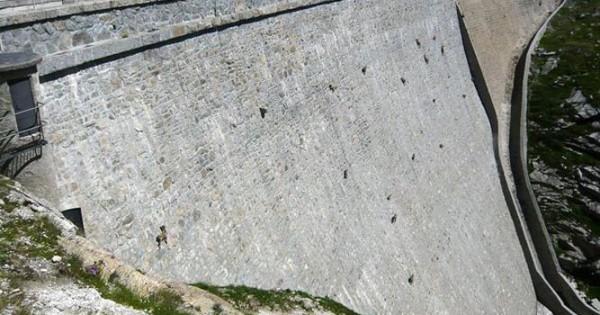 Απίστευτο, κατσίκες ανεβαίνουν σε φράγμα (Φωτογραφίες)