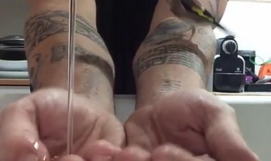 Δείτε τι έκανε η καρδερίνα του μόλις γέμισε τα χέρια του με νερό (βίντεο)