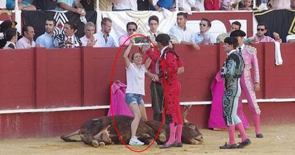 Ακτιβίστρια εισέβαλε σε αρένα ταυρομαχίας, για να σταθεί δίπλα στον ταύρο που πέθαινε! (Βίντεο)