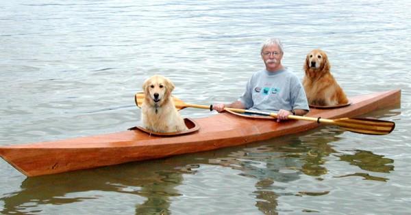 Έφτιαξε δικό του καγιάκ ώστε να πηγαίνει βόλτες με τους δύο σκύλους του! (Εικόνες)
