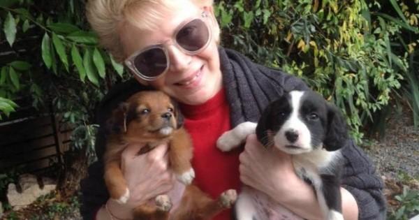 Η Έλενα Ακρίτα υιοθέτησε δύο αδέσποτα κουτάβια