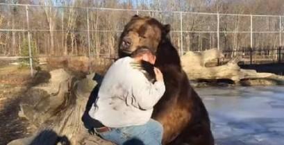 Η συγκινητική φιλία μεταξύ μιας αρκούδας και ενός ανθρώπου (Βίντεο)