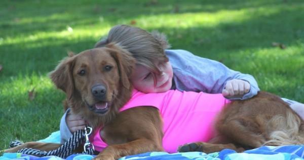 Σκύλος «θεραπευτής» βοηθάει ανθρώπους με ειδικές ανάγκες να πραγματοποιήσουν τα όνειρα τους. (Εικόνες)