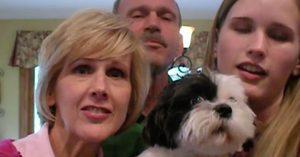 Όταν η οικογένεια άρχισε να τραγουδα, αυτό το κουτάβι ήξερε πολύ καλά τι να κάνει (Βίντεο)