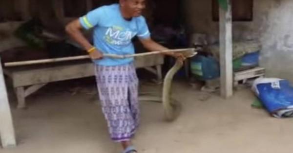 Επιασε φίδι 5 μέτρων που κρυβόταν κάτω από το κρεβάτι του με… σκούπα! (βίντεο)