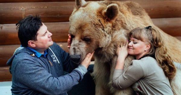 Αυτό το ζευγάρι στη Ρωσία έχει ένα κατοικίδιο πολύ διαφορετικό από τα συνηθισμένα