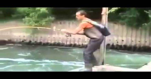 Δεν πίστευε στα μάτια του! Έπιασε ψάρι «τέρας» σε νερά … αποχέτευσης! (βίντεο)