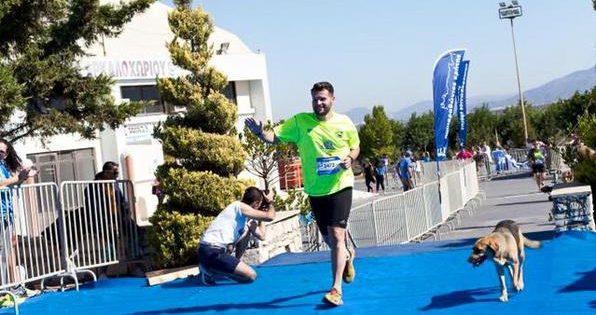 Αδέσποτος σκύλος έτρεξε στον 2ο Ημιμαραθώνιο Κρήτης και ανέβηκε στο βάθρο των νικητών