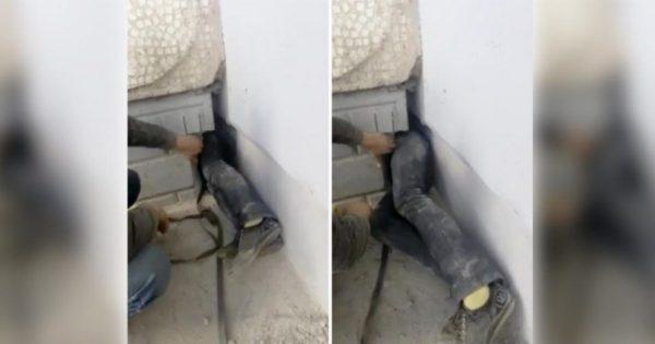 Μία γυναίκα τρύπωσε σε ένα μικρό κενό ανάμεσα σε δύο κτίρια. Μόλις δείτε τι έβγαλε, θα τα χάσετε!