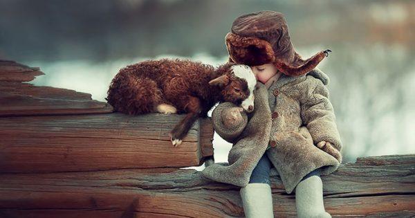 Παιδιά και ζωάκια αγκαλιάζονται για τον φακό και το αποτέλεσμα είναι μοναδικό