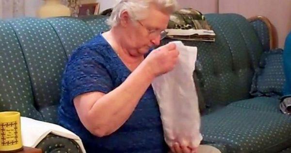 Τα εγγόνια ρωτούν την γιαγιά τους αν μπορεί να καταλάβει τι δώρο της πήραν. Προσέξτε την αντίδρασή της μόλις το κατάλαβε!