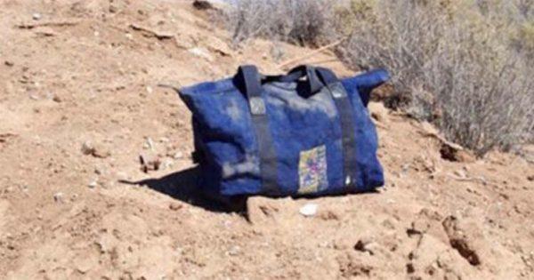 Άντρας βλέπει μια εγκαταλελειμμένη τσάντα στην μέση της ερήμου. Αυτό που βρήκε μέσα της ξεπερνά τα όρια της φαντασίας!
