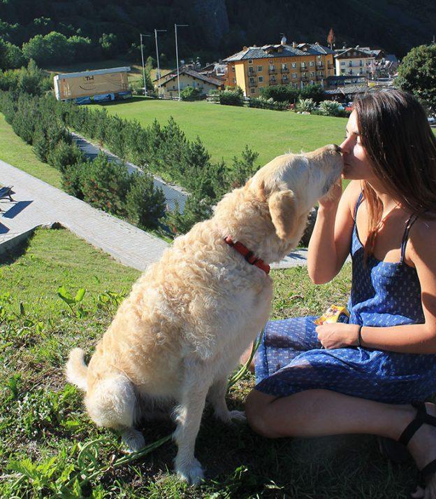 Σκύλος γύρος του κόσμου γυναίκα