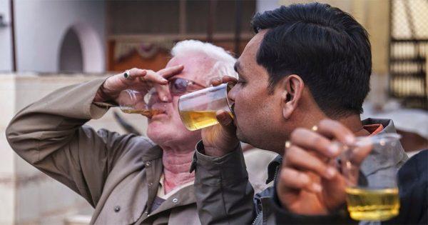Στην Ινδία πίνουν τα ούρα της αγελάδας γιατί ισχυρίζονται πως θεραπεύουν σοβαρές ασθένειες