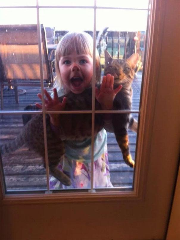κατοικίδια με τα παιδιά 30 φωτογραφίες που αποδεικνύουν γιατί τα κατοικίδια με τα παιδιά μπορούν να είναι ένα καταστροφικό δίδυμο