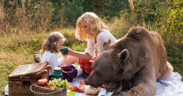 Μητέρα και κόρη ποζάρουν μαζί με μια τεράστια καφέ αρκούδα!