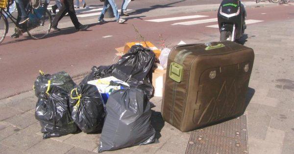 Όταν είδε αυτήν την βαλίτσα ανάμεσα στα σκουπίδια, παραξενεύτηκε. Μόλις όμως την ανοιξε, πάγωσε…