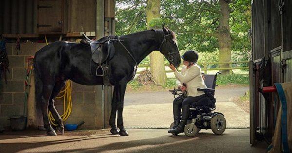 Είναι απίστευτο αυτό που συμβαίνει κατά την επανασύνδεση αυτής της κοπέλας με το άλογό της…