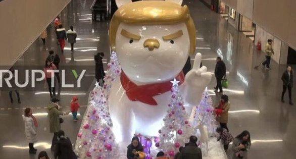 Οι Κινέζοι γιορτάζουν τη «Χρονιά του Σκύλου» με ένα άγαλμα με τη μορφή του Τραμπ (video)