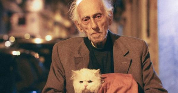 Ο 93χρονος και η γάτα του στο λεωφορείο – H φωτογραφία από την Ελλάδα που καθήλωσε τη Vogue