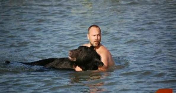 Αρνήθηκε να αφήσει αυτή την αρκούδα να πνιγεί και αποφάσισε να κάνει κάτι γενναίο… (εικόνες)