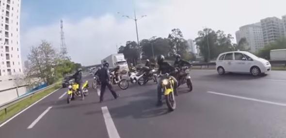 Υπάρχουν ακόμα άνθρωποι – Διέκοψαν την κυκλοφορία για να σώσουν έναν σκύλο (βίντεο)