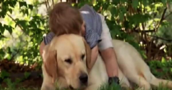 Ανέβηκε στην πλάτη του σκύλου του και τον αγκάλιασε. Αυτό που συμβαίνει στη συνέχεια θα σας συγκινήσει!
