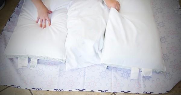 Παίρνει τρία μαξιλάρια και τα τυλίγει με ένα τραπεζομάντηλο! Το αποτέλεσμα; Θα το λατρέψετε… (Βίντεο)