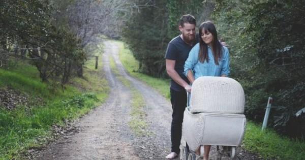 Μοιάζει σαν μια συνηθισμένη φωτογράφιση με τον μπαμπά, τη μαμά και το «μωρό»… ΜΗΝ βιάζεστε όμως να βγάλετε συμπεράσματα!