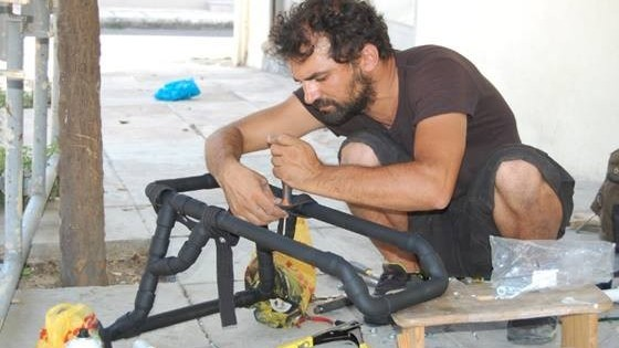 O Έλληνας υδραυλικός που κάνει ανάπηρα σκυλάκια να ξαναπερπατήσουν! (Εικόνες)