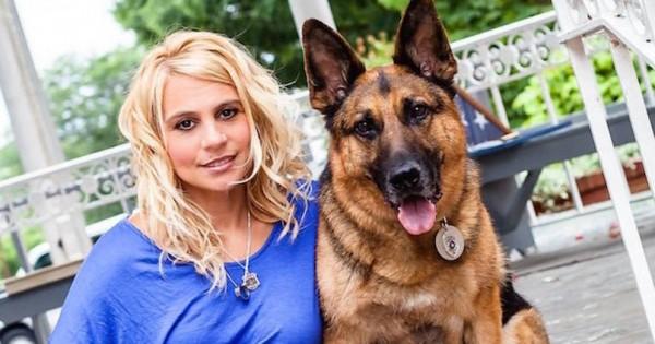 Μία μητέρα ποζάρει με τον σκύλο της, αλλά περιμένετε μέχρι να δείτε ΤΙ κρατάει στο δεξί της χέρι! (Εικόνες)