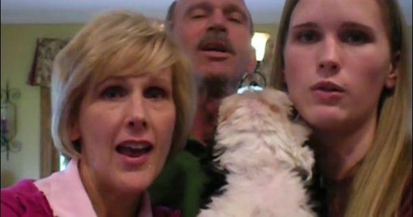 Όταν η οικογένεια άρχισε να τραγουδά, αυτό το κουτάβι ήξερε πολύ καλά τι να κάνει (Βίντεο)