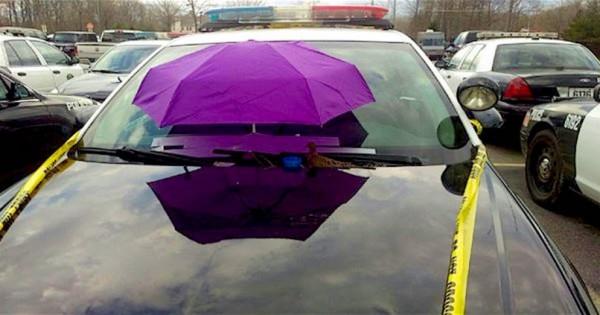 Οι αστυνομικοί άφησαν μια ομπρέλα στο περιπολικό τους για τον πιο απίστευτο λόγο!
