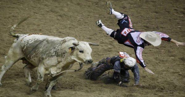 Tραυματική εμπειρία: Ήθελε να καβαλήσει ταύρο σε ροντέο και δείτε τι έπαθε (video)