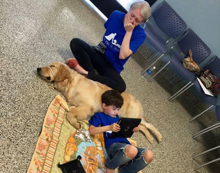 Σκύλος αυτιστικό αγόρι αυτισμός