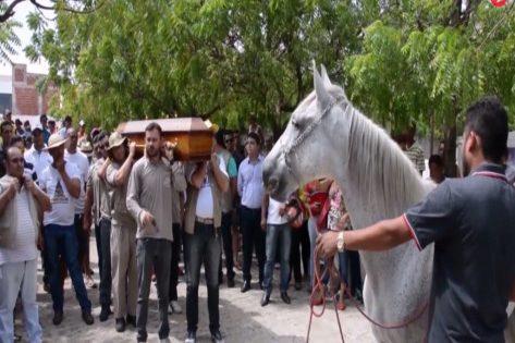 Απίστευτο! Άλογο κλαίει στην κηδεία του ιδιοκτήτη του (βίντεο)