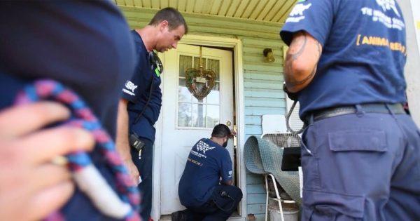 Άκουγαν Ανατριχιαστικούς ήχους πίσω από την Κλειδωμένη Πόρτα. Όταν Μπήκαν μέσα, Πάγωσαν με ΑΥΤΟ που Αντίκρισαν!