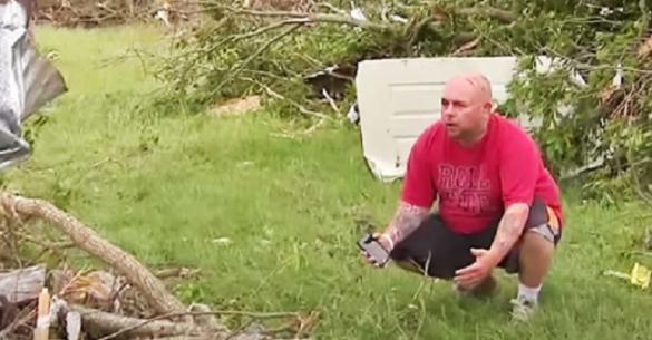 Έχασε τον σκύλο του μετά από έναν τρομερό ανεμοστρόβιλο. Όταν τον βρήκε λίγες μέρες αργότερα…