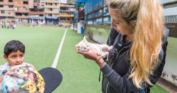 Γυναίκα που κάνει τις διακοπές της βρίσκει γατάκι που λιμοκτονεί και το παίρνει μαζί της στην επιστροφή