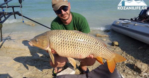 Κοζάνη: Ψαράς έπιασε τεράστιο κυπρίνο 12 κιλών και τον απελευθέρωσε πάλι στο νερό