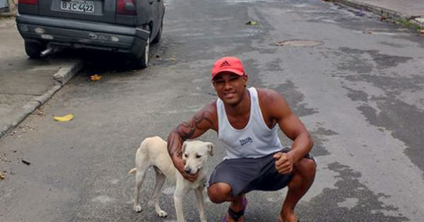 «Γούρι, γούρι…» Tον κατούρησε αδέσποτος σκύλος την Παρασκευή και 13 και αυτός… τον υιοθέτησε! (video & photos)