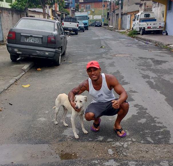 τον κατούρησε σκύλος τον κατούρησε αδέσποτος σκύλος Σκύλος κατούρησε σκύλος