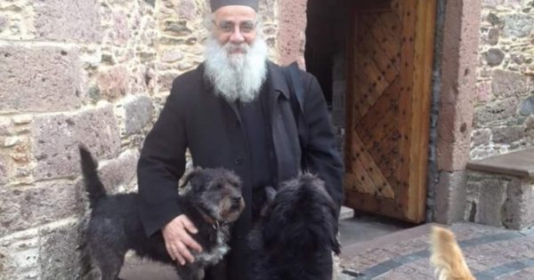 Η Ιερά Αρχιεπισκοπή Κρήτης ζητά από τους ιερείς να φροντίζουν τα ζώα και να ευαισθητοποιήσουν τους πιστούς