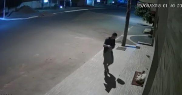 Συγκινεί η πράξη ενός άνδρα: Σκέπασε αδέσποτο σκύλο στον δρόμο